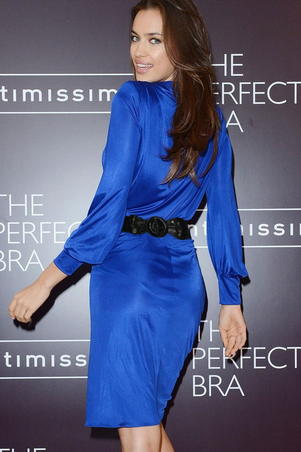 Синее платье с чёрным поясом