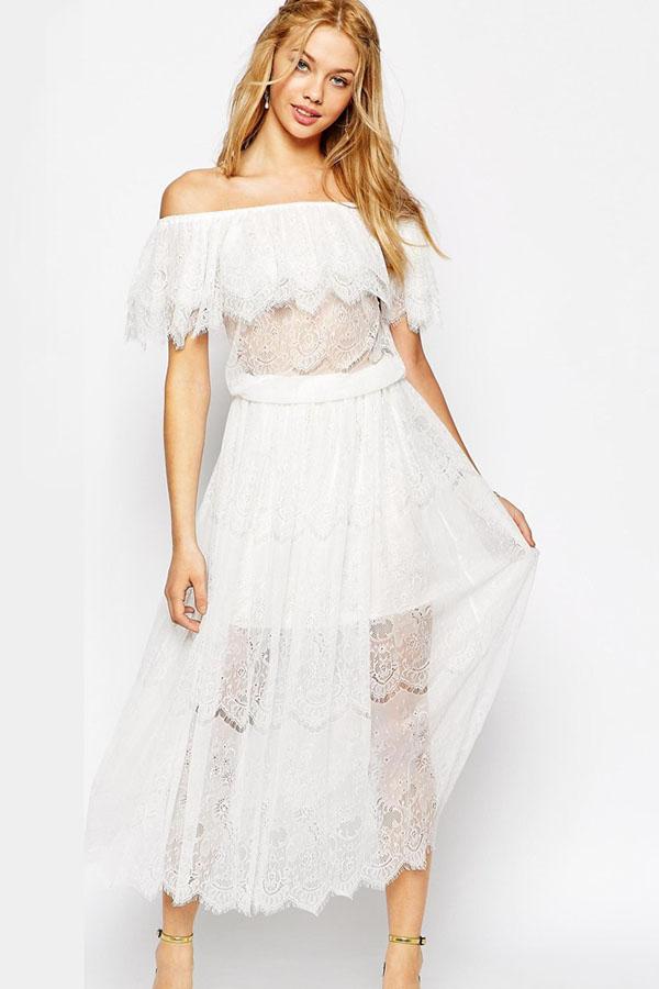 8a222a6453f Белое гипюровое платье с открытыми плечами и оборками на вырезе ...