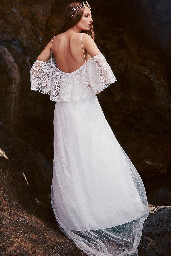 Белое платье в пол с кружевной оборкой на топе и с открытой спиной ... 0e532b3b595
