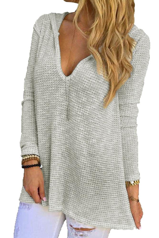 серый свободный вязаный свитер с капюшоном и V образным вырезом
