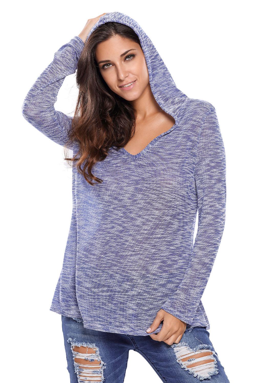 голубой свободный вязаный свитер с капюшоном и V образным вырезом