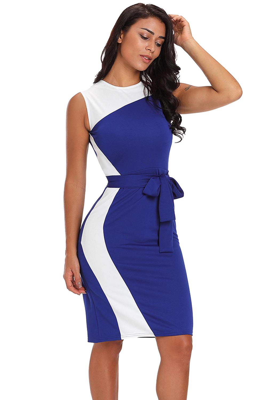 3a8b66607744d39 Синее платье-футляр с асимметричными белыми вставками и поясом ...