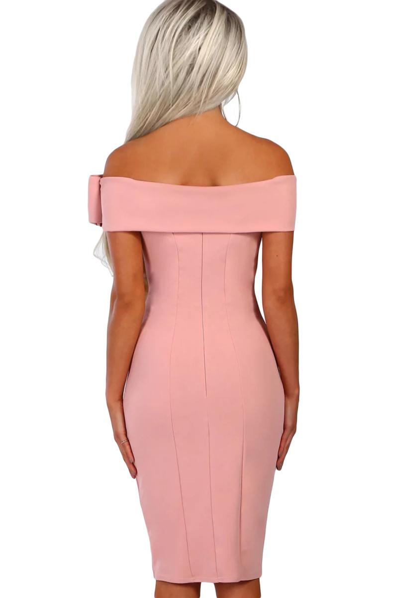 166c5dc990dc97a Розовое платье-футляр с открытыми плечами и бантом - купить ...