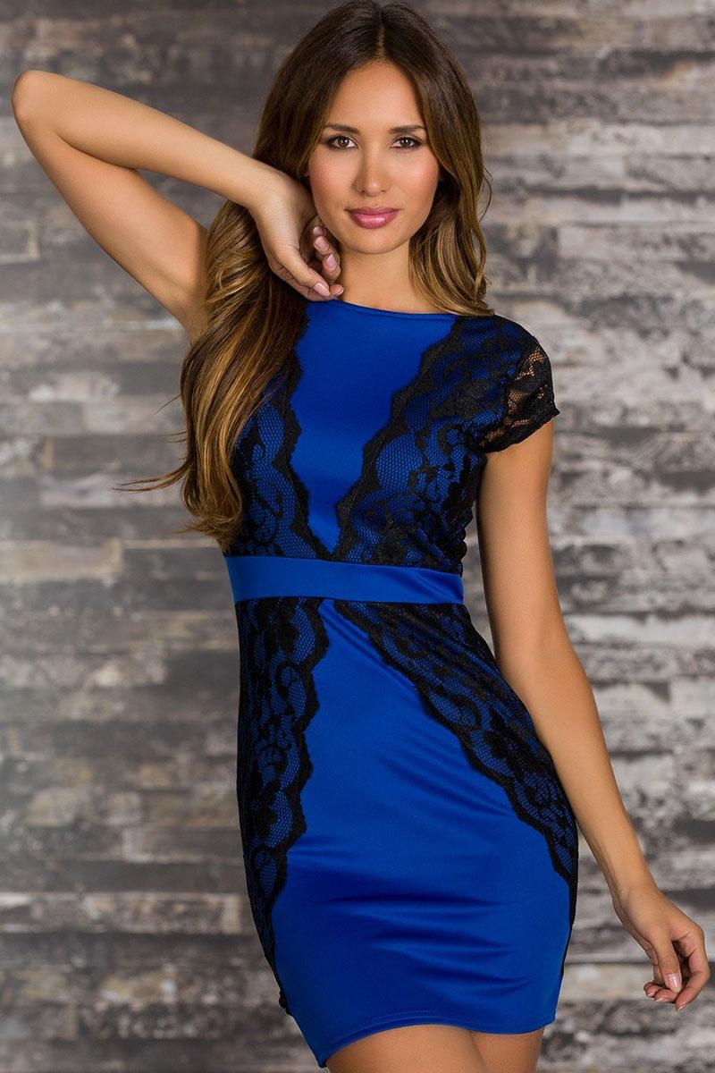 Синее платье с кружевной отделкой
